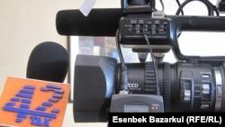 Видеокамера и микрофон уральского частного телеканала «ТДК 42». Иллюстративное фото.