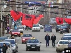 Srpske i albanske zastave u Mitrovici, 2011.