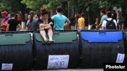 Демонстранти блокують проспект Баграмяна в Єревані сміттєвими баками, 25 червня 2015 року