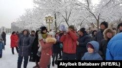 Жители новостройки «Ак-Ордо-3» перед «Белым домом».
