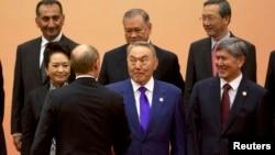 Участники саммита СВМДА в Шанхае. В центре - президент Казахстана Нурсултан Назарбаев.
