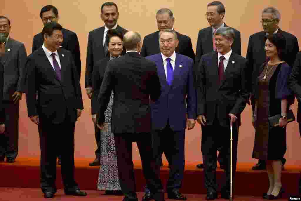 В рамках государственного визита в Китай президент Казахстана Нурсултан Назарбаев встретился с президентом Си Цзиньпином в Шанхае, где стороны заключили ряд инвестиционных соглашений. Там же они приняли участие в саммите СВМДА, которую Назарбаев предложил преобразовать в азиатский аналог ОБСЕ. На фото: участники саммита Совещания по взаимодействию и мерам доверия в Азии (СВМДА), на переднем плане - пожимающие друг другу руки Нурсултан Назарбаев и Владимир Путин (стоит спиной). Шанхай, 20 мая 2014 года.