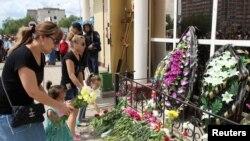 Імпровізований меморіал на місці одного з нападів в Актобе, де загинули люди, фото 8 червня 2016 року