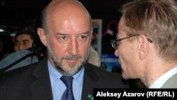 На открытие фестиваля французского кино из Астаны приехал посол Франции в Казахстане Франсис Этьен (справа). Алматы, 23 апреля 2015 года.