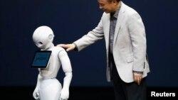 Masayoshi Son «Pepper» robotunu təqdim edir - 2014