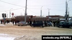 Перакрыты рух у бок Шабаноў на Партызанкім праспэкце. Кіроўцы спрачаюцца зь міліцыянтамі