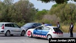 Поліція блокує дорогу поблизу Алканара у рамках операції з розшуку підозрбваного в нападах, Іспанія, 20 серпня 2017 року