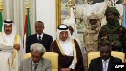 نماینده دولت سودان همراه نماینده «جنبش عدالت و برابری» در گفتوگوهای دوحه