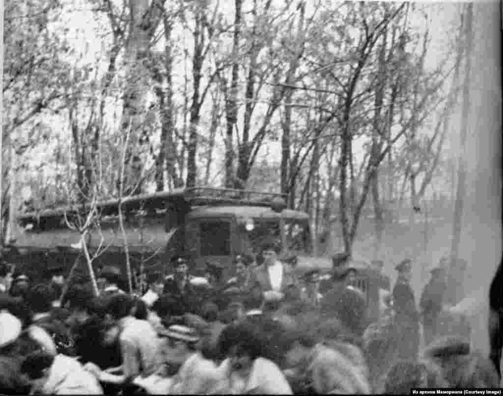 Чирчик шәһәрендә кырымтатарларның урам йөрешен милиция һәм солдатлар көч белән куып тарата.