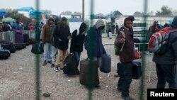 Мігранти з табору в Кале чекають евакуації в інші приймальні пункти Франції, 24 жовтня 2016 року