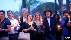 Locuitori ai orașului Poway, inclusiv primarul Steve Vaus (cu pălărie), au aprins lumânări pentru victimele atacului armat de la sinagoga din localitate