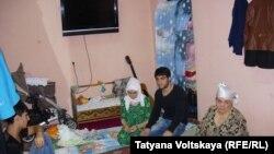 Члены семьи 5-месячного Умарали Назарова, умершего в больнице Петербурга