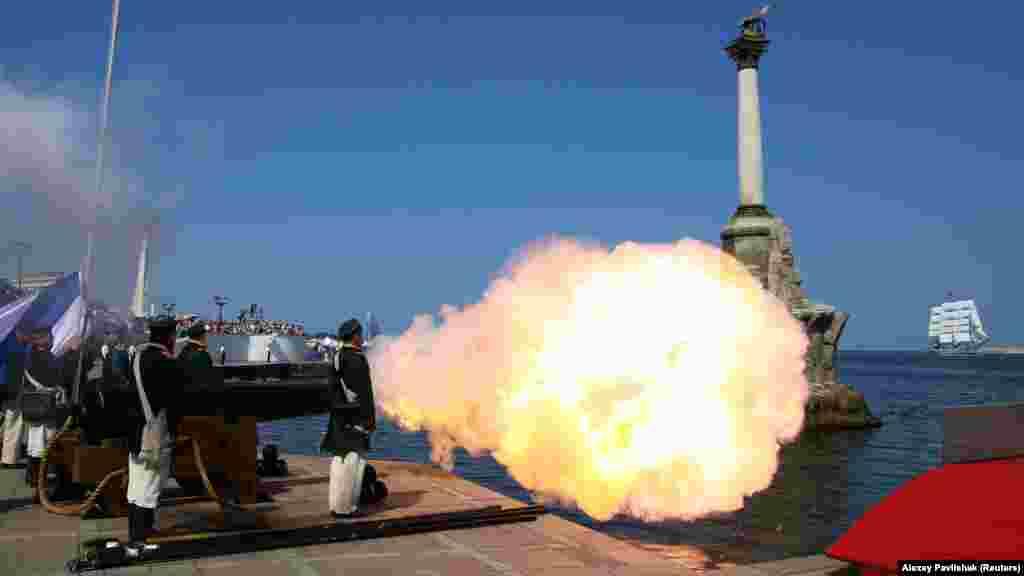 Постріл гармати під час святкування Дня військово-морського флоту Росії