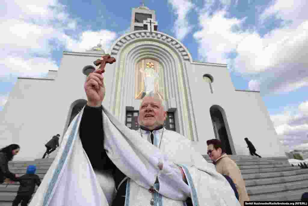 Отец Богдан Чурило читает молитву