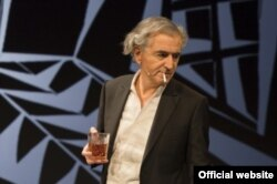 Bernard-Henri Levy în spectacol...