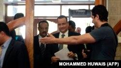 فرستاده سازمان ملل در امور یمن، ساعتی پیش از ترک صنعا. دو شهروند سعودی آزاد شده، به همراه او صنعا را به مقصد عربستان سعودی ترک کردهاند.