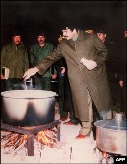 Саддам Хусейн встречает Новый год со своими солдатами в Кувейте. 1 января 1991 года