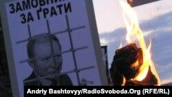 Плакат с изображением Леонида Кучмы за тюремной решеткой несли в сентябре этого года участники митинга памяти Георгия Гонгадзе