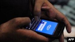 په کراچۍ کې یو کس هڅه کوي په خپل فون له سکایپ څخه کار واخلي
