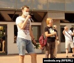 Юры Дуброўскі выступае на пікеце Ціханоўскай 18 ліпеня