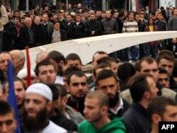 Үкіметтің мектептерде орамал тағуға тыйым салуына наразылық таныту шарасына шыққандар. Приштина, 8 қазан 2010 жыл