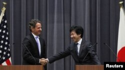 Жапония мен АҚШ-тың қаржы министрлері Июн Азуми (оң жақта) мен Тимоти Гейтнер (сол жақта). Токио, 12 қаңтар 2012 жыл.