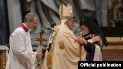 Ватикан — Папа Римский Франциск и Католикос всех армян Гарегин Второй во время литургии по случаю 100-й годовщины Геноцида армян, 12 апреля 2015 года․