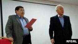 Журналист Ермурат Бапи (слева) и председатель Союза журналистов Казахстана Сейтказы Матаев на вручении наград финалистам конкурса Союза журналистов. Алматы, 14 декабря 2017 года.