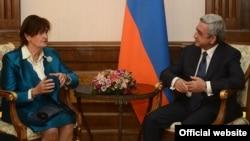 Բարոնուհի Քերոլայն Քոքսը Երևանում հանդիպում է Հայաստանի նախագահ Սերժ Սարգսյանի հետ, 20-ը սեպտեմբերի, 2013թ․