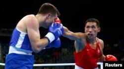 Казахстанский боксер Жанибек Алимханулы (справа) на Олимпиаде в Рио.