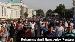 Люди йдуть на прощання з Ісламом Карімовим, Самарканд, 3 вересня 2016 року