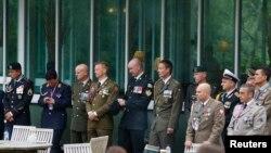 Vojni zvaničnici čekaju ispred rezorta Manor Resort u Velsu dok traje samit NATO-a.