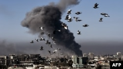 Вид на иракский город Мосул после авиаудара по его кварталу.