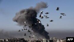 Вид на иракский город Мосул после авиаудара в его квартале