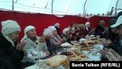 Чтение слов Корана перед асом. Аул Тенге, 9 декабря 2012 года.