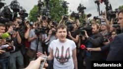 Надежда Савченко после возвращения на родину дает интервью журналистам в аэропорту Борисполь. Киев, 25 мая 2016 года.
