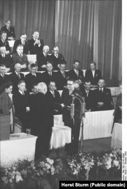 Бертольт Брехт получает из рук Вильгельма Пика Национальную премию ГДР. Октябрь 1952. Фото из Федерального архива Германии