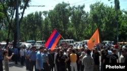 Акция протеста членов Союза ветеранов Карабахской войны возле резиденции президента Армении. Ереван. 3 июля 2010 г.