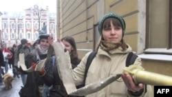 Ябылган университет студентлары янгын сүндерү тамашасы күрсәтә