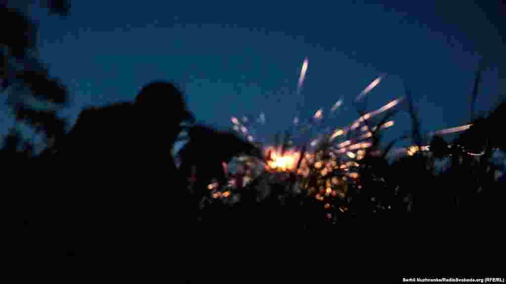 Український військовий під час нічного бою неподалік селищаНоволуганське, що на Донеччині.Військові полку «Азов» пояснюють, що не відповідати не можуть, адже їхній противник «може знахабніти». Донецька область, 5 червня 2019 року