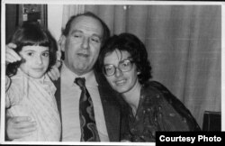 Gorge Ursu i njegova porodica.