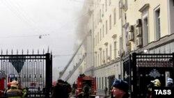 Орусиянын Коргоо министрлигинин имаратындагы өрт өчүрүлүүдө. Москва. Знаменка көчөсү.
