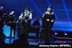 Выступление Булата Сыздыкова и Карины Абдуллиной на благотворительном концерте памяти Батырхана Шукенова. Алматы, 8 декабря 2015 года.
