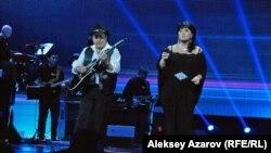 Болат Сыздықов пен Карина Абдуллина Батырхан Шүкеновті еске алу концертінде. Алматы, 8 желтоқсан 2015 жыл.