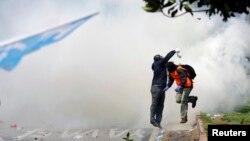 Турецька поліція використовується водомети і сльозогінний газ проти демонстрантів, 1 травня 2015 року, архівне фото