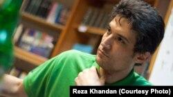 فرهاد میثمی، فعال مدنی و پزشک ۴۸ ساله، روز نهم مرداد بازداشت شد و از آن زمان در اعتصاب غذا به سر میبرد