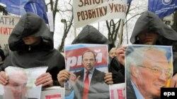 Kiçi biznes ýöredýän ukrainalylar parlamentiň öňünde täze Salgyt kodeksine garşy demonstrasiýa geçirýärler, 18-nji noýabr.
