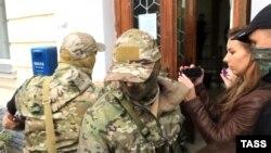 Сотрудники ФСБ России в севастопольском суде, 10 ноября 2016 года.