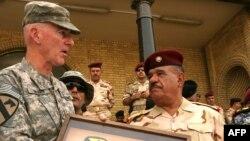 قائد القوات الأميركية في بغداد الجنرال دانيال بولغر يحمل مفتاحاً رمزياً لفرقة الخيالة الأولى