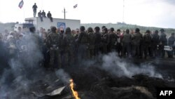 Противостояние украинских военнослужащих и пророссийских сепаратистов, блокирующих дорогу в Славянск